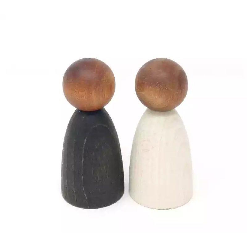 Nins-adultos-madera-oscura-grapat-monetes